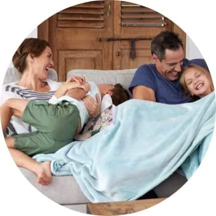 Glad familie med blødt vand